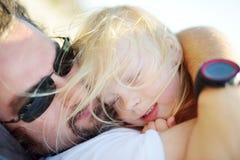 Πατέρας και η μικρή κόρη του που έχουν τη διασκέδαση από κοινού Στοκ Εικόνες