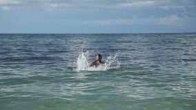 Πατέρας και η μικρή κόρη του που έχουν τη διασκέδαση στη θάλασσα φιλμ μικρού μήκους