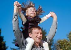 Πατέρας και κόρη ενάντια στον ουρανό Στοκ Εικόνες