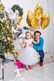 Πατέρας και κόρη κοντά σε ένα χριστουγεννιάτικο δέντρο στοκ εικόνες