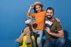 πατέρας και κόρη με τα διαβατήρια και τα εισιτήρια που πηγαίνουν να ταξιδεψει Στοκ φωτογραφίες με δικαίωμα ελεύθερης χρήσης