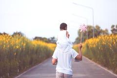 Πατέρας και κόρη που έχουν τη διασκέδαση που παίζει από κοινού Στοκ Εικόνα
