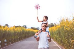 Πατέρας και κόρη που έχουν τη διασκέδαση που παίζει από κοινού Στοκ Φωτογραφία
