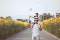 Πατέρας και κόρη που έχουν τη διασκέδαση που παίζει από κοινού Στοκ εικόνες με δικαίωμα ελεύθερης χρήσης