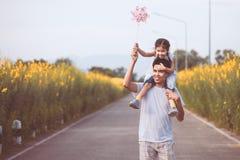 Πατέρας και κόρη που έχουν τη διασκέδαση που παίζει από κοινού Στοκ Φωτογραφίες