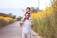 Πατέρας και κόρη που έχουν τη διασκέδαση που παίζει από κοινού Στοκ Εικόνες