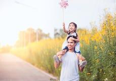 Πατέρας και κόρη που έχουν τη διασκέδαση και που παίζουν από κοινού Στοκ φωτογραφία με δικαίωμα ελεύθερης χρήσης