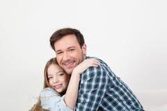 Πατέρας και κόρη που δίνονται ένα αγκάλιασμα Στοκ εικόνα με δικαίωμα ελεύθερης χρήσης