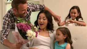 Πατέρας και κόρη που δίνουν την ανθοδέσμη στη μητέρα φιλμ μικρού μήκους