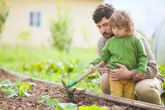 Πατέρας και κόρη που εργάζονται μαζί στον κήπο Στοκ εικόνες με δικαίωμα ελεύθερης χρήσης
