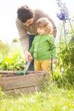 Πατέρας και κόρη που εργάζονται μαζί στον κήπο Στοκ φωτογραφία με δικαίωμα ελεύθερης χρήσης