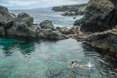 Πατέρας και κόρη που κολυμπούν στη φυσική πισίνα Charco de Λα Laja, στο βόρειο τμήμα Tenerife Στοκ Φωτογραφία