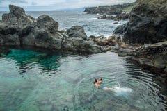 Πατέρας και κόρη που κολυμπούν στη φυσική πισίνα Charco de Λα Laja, στο βόρειο τμήμα Tenerife Στοκ εικόνα με δικαίωμα ελεύθερης χρήσης