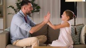 Πατέρας και κόρη που παίζουν χτυπώντας το παιχνίδι στο σπίτι απόθεμα βίντεο
