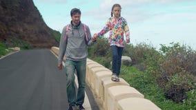 Πατέρας και κόρη που περπατούν μαζί στο δρόμο απόθεμα βίντεο