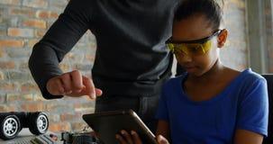 Πατέρας και κόρη που χρησιμοποιούν την ψηφιακή ταμπλέτα 4k απόθεμα βίντεο