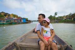 Πατέρας και κόρη σε Hoi, Βιετνάμ στοκ φωτογραφίες