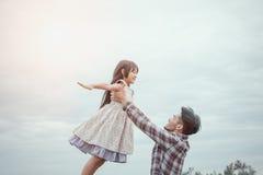 Πατέρας και κόρη στην ευτυχία Στοκ Φωτογραφίες