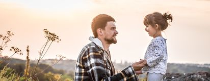 Πατέρας και κόρη στο ηλιοβασίλεμα, οικογενειακές αξίες στοκ εικόνες με δικαίωμα ελεύθερης χρήσης