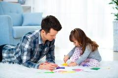 Πατέρας και λίγη κόρη που έχουν το χρόνο ποιοτικών οικογενειών μαζί στο σπίτι μπαμπάς με να βρεθεί κοριτσιών στο θερμό σχέδιο πατ στοκ εικόνες
