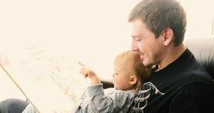 Πατέρας και λίγο αγοράκι με το βιβλίο στο σπίτι φιλμ μικρού μήκους