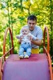 Πατέρας και μωρό σε μια φωτογραφική διαφάνεια Στοκ Εικόνες