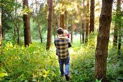 Πατέρας και ο μικρός γιος του κατά τη διάρκεια των δραστηριοτήτων πεζοπορίας στο δάσος στο ηλιοβασίλεμα Στοκ φωτογραφία με δικαίωμα ελεύθερης χρήσης