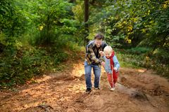 Πατέρας και ο μικρός γιος του κατά τη διάρκεια των δραστηριοτήτων πεζοπορίας στο δάσος Στοκ Εικόνες