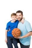Πατέρας και παιδί έτοιμοι να παίξουν την καλαθοσφαίριση και την εξέταση τη κάμερα Στοκ φωτογραφία με δικαίωμα ελεύθερης χρήσης