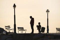 Πατέρας και παιδί που περπατούν στην αποβάθρα στοκ εικόνες