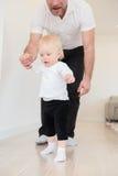 Πατέρας και το όμορφο κοριτσάκι του που παίζουν και που μαθαίνουν πώς να περπατήσει Στοκ φωτογραφίες με δικαίωμα ελεύθερης χρήσης