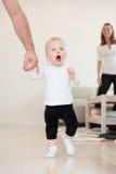 Πατέρας και το όμορφο κοριτσάκι του που παίζουν και που μαθαίνουν πώς να περπατήσει Στοκ εικόνα με δικαίωμα ελεύθερης χρήσης