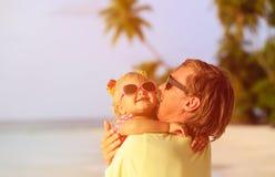 Πατέρας και χαριτωμένος λίγη κόρη στην παραλία Στοκ εικόνες με δικαίωμα ελεύθερης χρήσης