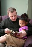 πατέρας κορών που διαβάζε Στοκ Φωτογραφίες