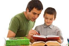 πατέρας μαθαίνοντας schoolboy το&ups Στοκ Φωτογραφία