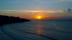 Πατέρας με έναν γιο στο ηλιοβασίλεμα στον ωκεανό της Ινδίας, Μπαλί απόθεμα βίντεο