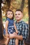 Πατέρας με ένα παιδί σε έναν περίπατο Στοκ Φωτογραφίες