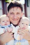 Πατέρας με τα δίδυμα μωρών στοκ φωτογραφίες