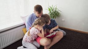 Πατέρας με τα παιδιά που χρησιμοποιούν μια ταμπλέτα φιλμ μικρού μήκους