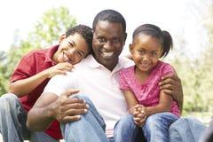 Πατέρας με τα παιδιά στο πάρκο Στοκ φωτογραφία με δικαίωμα ελεύθερης χρήσης