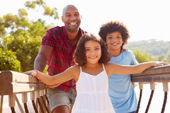 Πατέρας με τα παιδιά στο πλαίσιο αναρρίχησης παιδικών χαρών Στοκ εικόνα με δικαίωμα ελεύθερης χρήσης