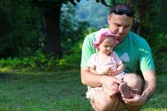 Πατέρας με την κόρη μωρών του στοκ εικόνες