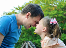 Πατέρας με την κόρη που έχει τη διασκέδαση στο πάρκο Στοκ φωτογραφίες με δικαίωμα ελεύθερης χρήσης