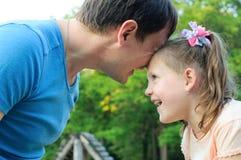 Πατέρας με την κόρη που έχει τη διασκέδαση στο πάρκο στοκ εικόνα