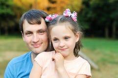 Πατέρας με την κόρη στο πάρκο στοκ φωτογραφία με δικαίωμα ελεύθερης χρήσης