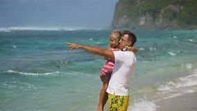 Πατέρας με την κόρη με το παιδί στην παραλία Στοκ φωτογραφία με δικαίωμα ελεύθερης χρήσης