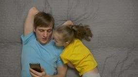 Πατέρας με την τηλεφωνική κόρη απόθεμα βίντεο