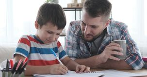 Πατέρας με τη μελέτη γιων στο σπίτι φιλμ μικρού μήκους