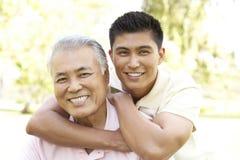 Πατέρας με τον ενήλικο γιο στο πάρκο Στοκ φωτογραφία με δικαίωμα ελεύθερης χρήσης