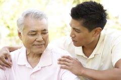 Πατέρας με τον ενήλικο γιο στο πάρκο Στοκ Εικόνα